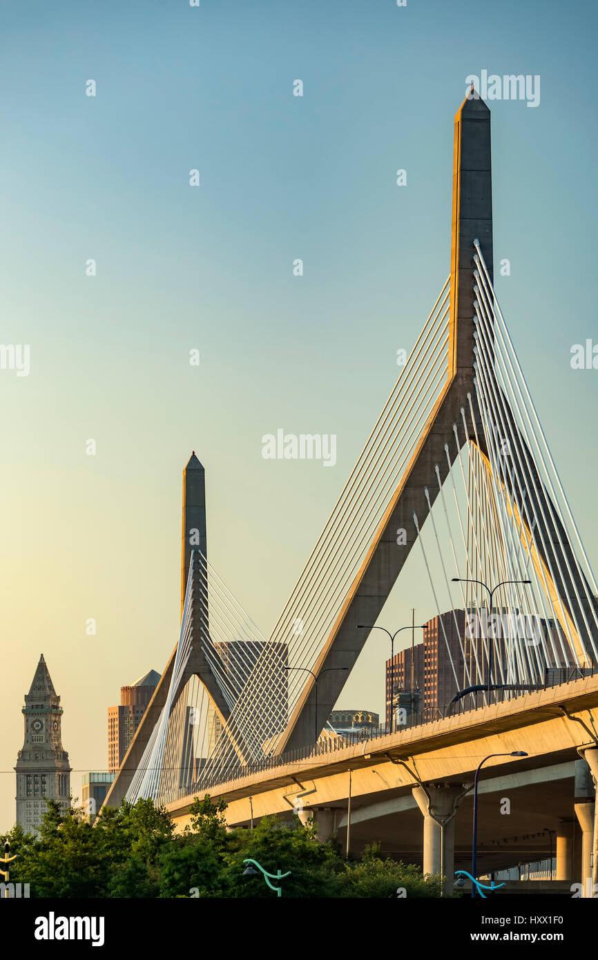 Leonard P. Zakim Bunker Hill/Memorial Bridge (Puente Zakim) y Boston Custom House (izquierda), Boston, Massachusetts, Imagen De Stock