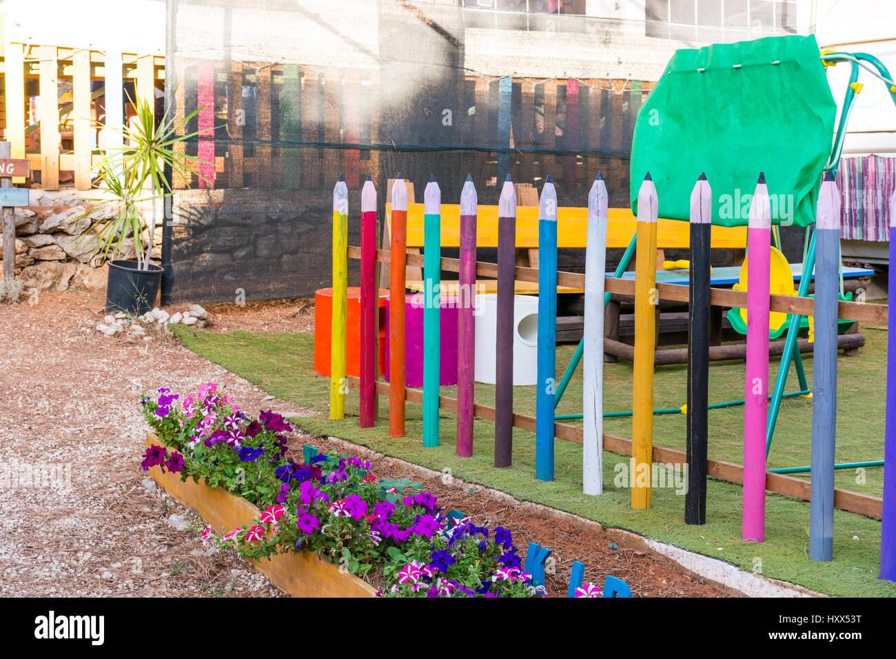 Zona De Juegos Para Ninos Con Lapices De Colores A La Valla En El