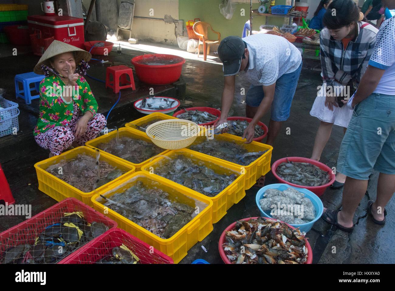 Increíble mercado de mariscos (y sorprendente) olor de Vung Tau, Vietnam. Foto de stock