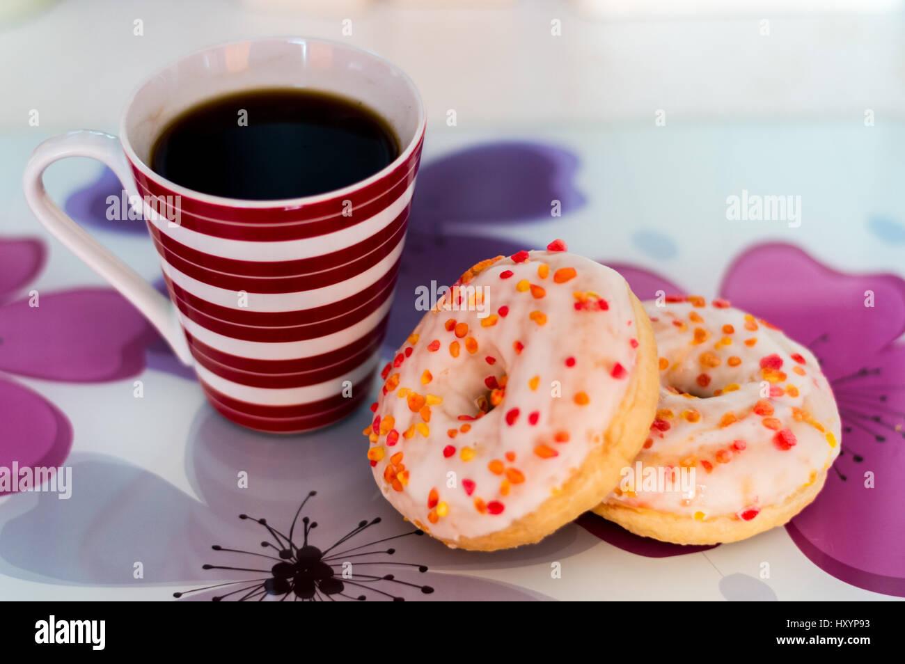 Fresh Americano y dos donuts anillo acristalado Imagen De Stock