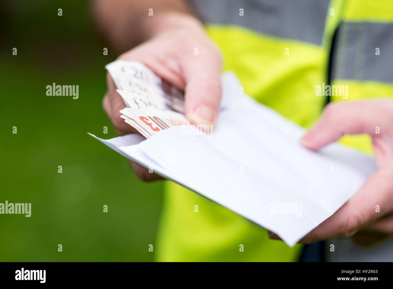 Un obrero constructor que se pagó en efectivo en la mano Imagen De Stock