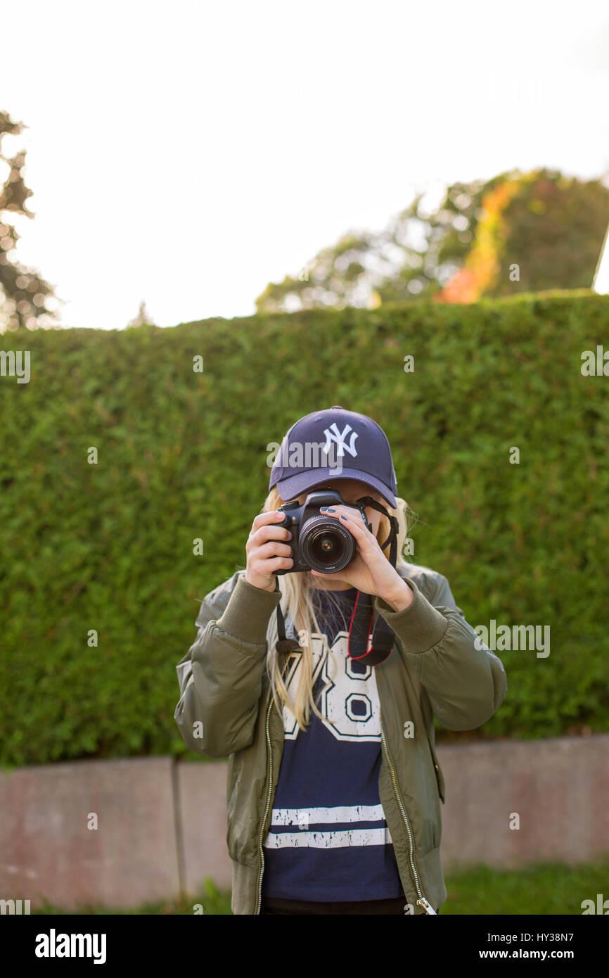 Suecia, chica (12-13) tomando fotos en exteriores Imagen De Stock