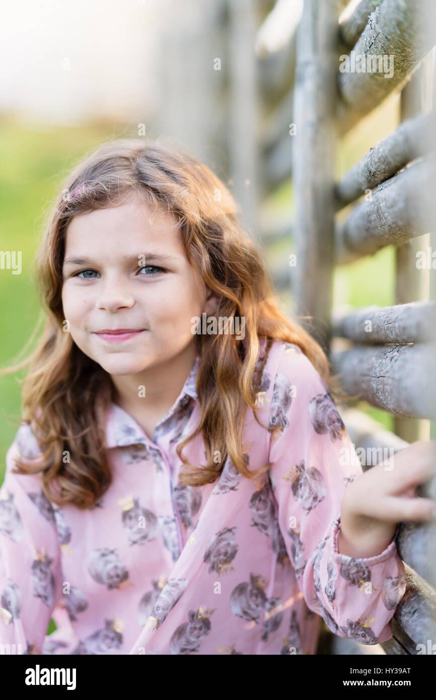 Suecia, vastmanland, hallefors, bergslagen, retrato de niña sonriente ( 8-9) Imagen De Stock