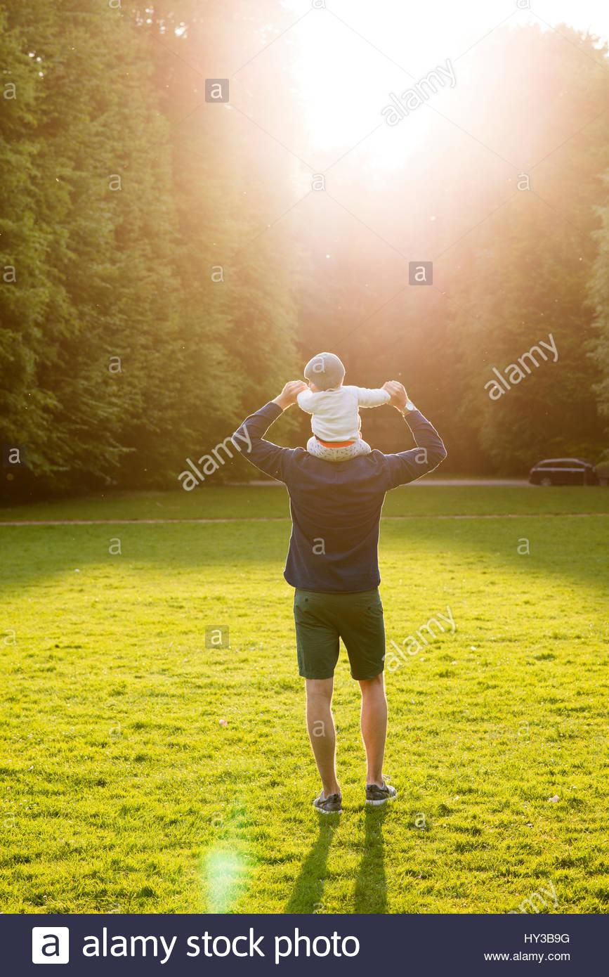 Suecia, skane, Malmo, padre hijo holding (18-23 meses) en estacionamiento Imagen De Stock