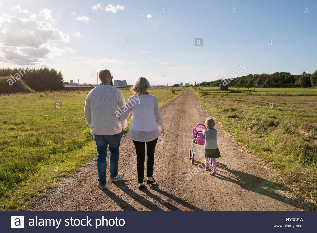 Suecia, padres e hija (2-3) caminando en entorno rural Imagen De Stock