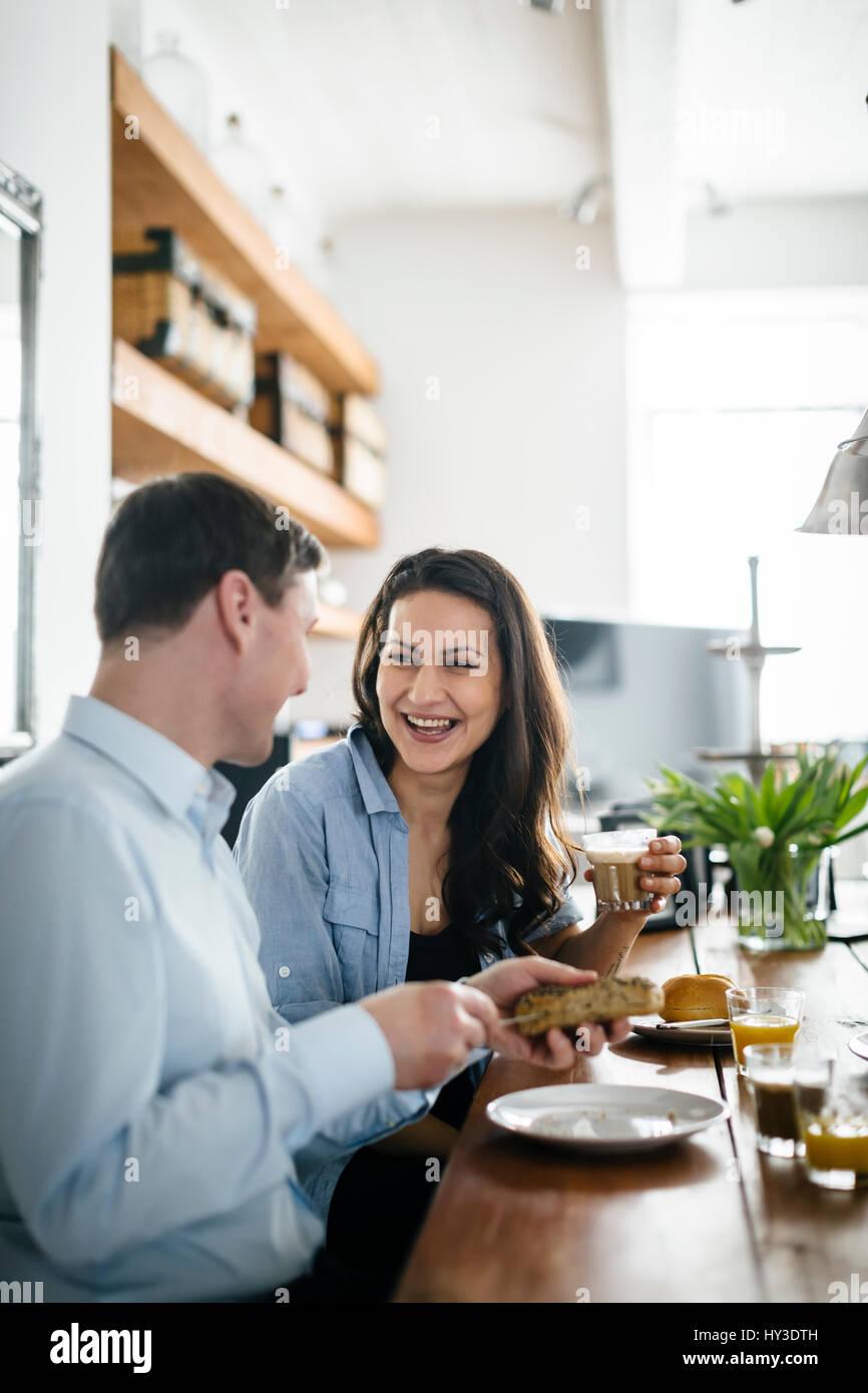 Alemania, pareja durante el desayuno Foto de stock