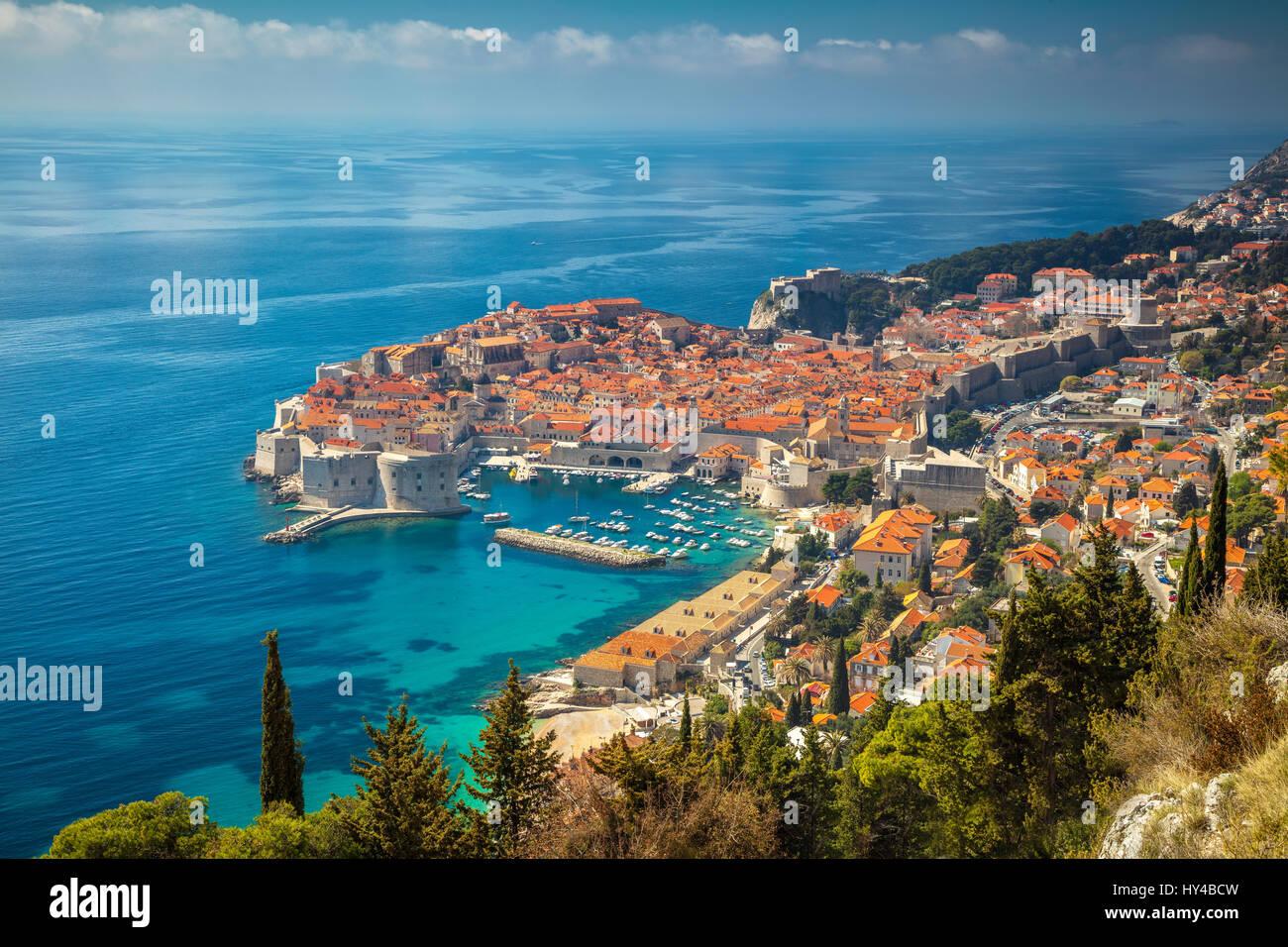Dubrovnik, Croacia. Bonito y romántico casco antiguo de Dubrovnik durante el día soleado, Croacia, Europa. Imagen De Stock