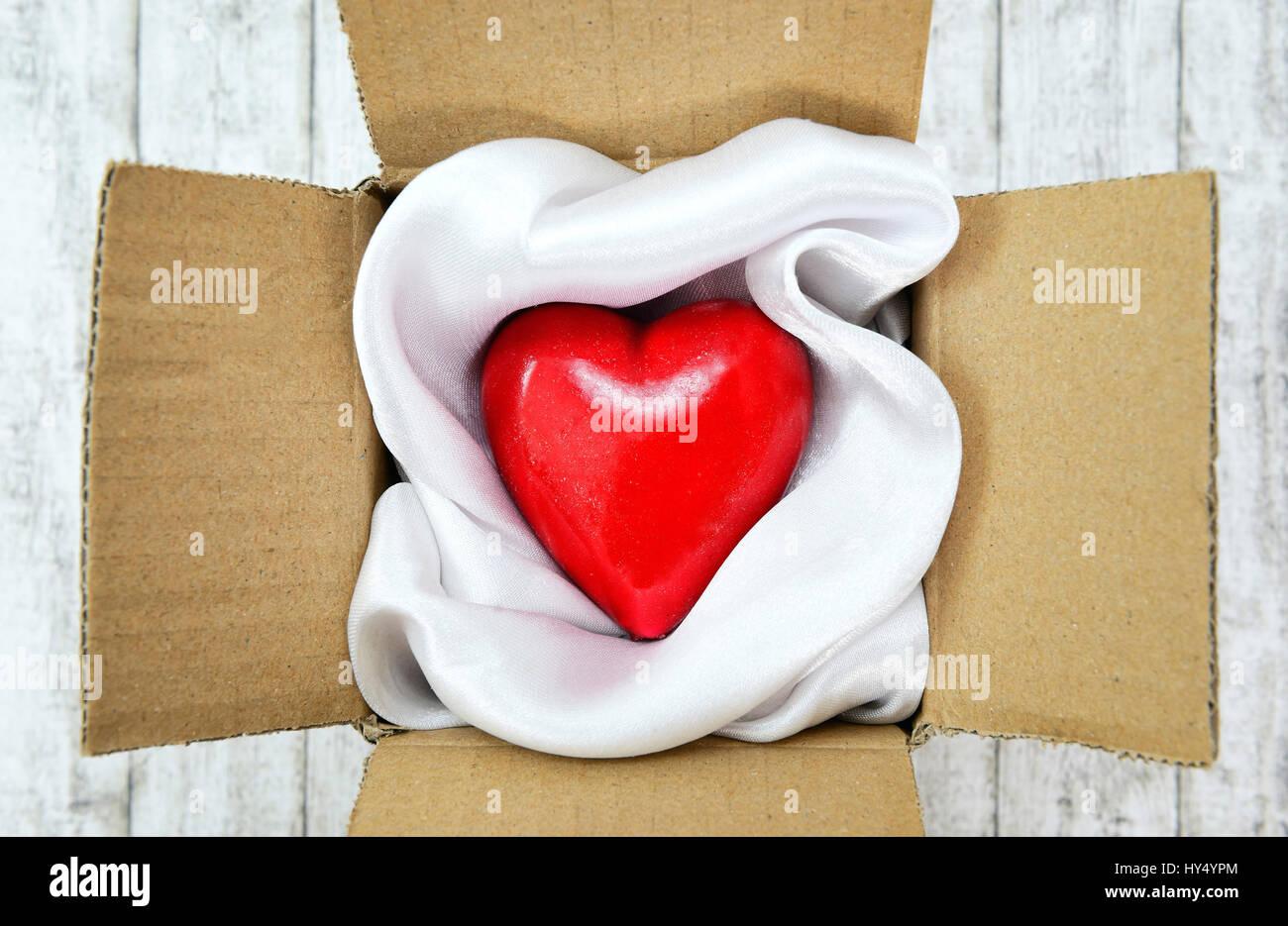 Corazón en un paquete, Valentinstag, Herz en einem Paket Foto de stock