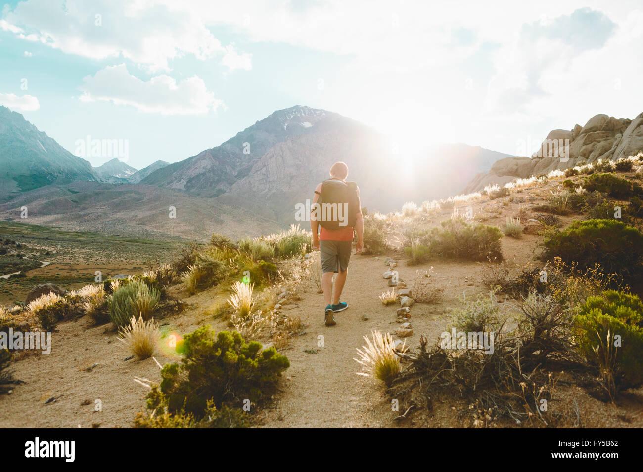 California, Estados Unidos, el hombre senderismo en la mazada País Foto de stock