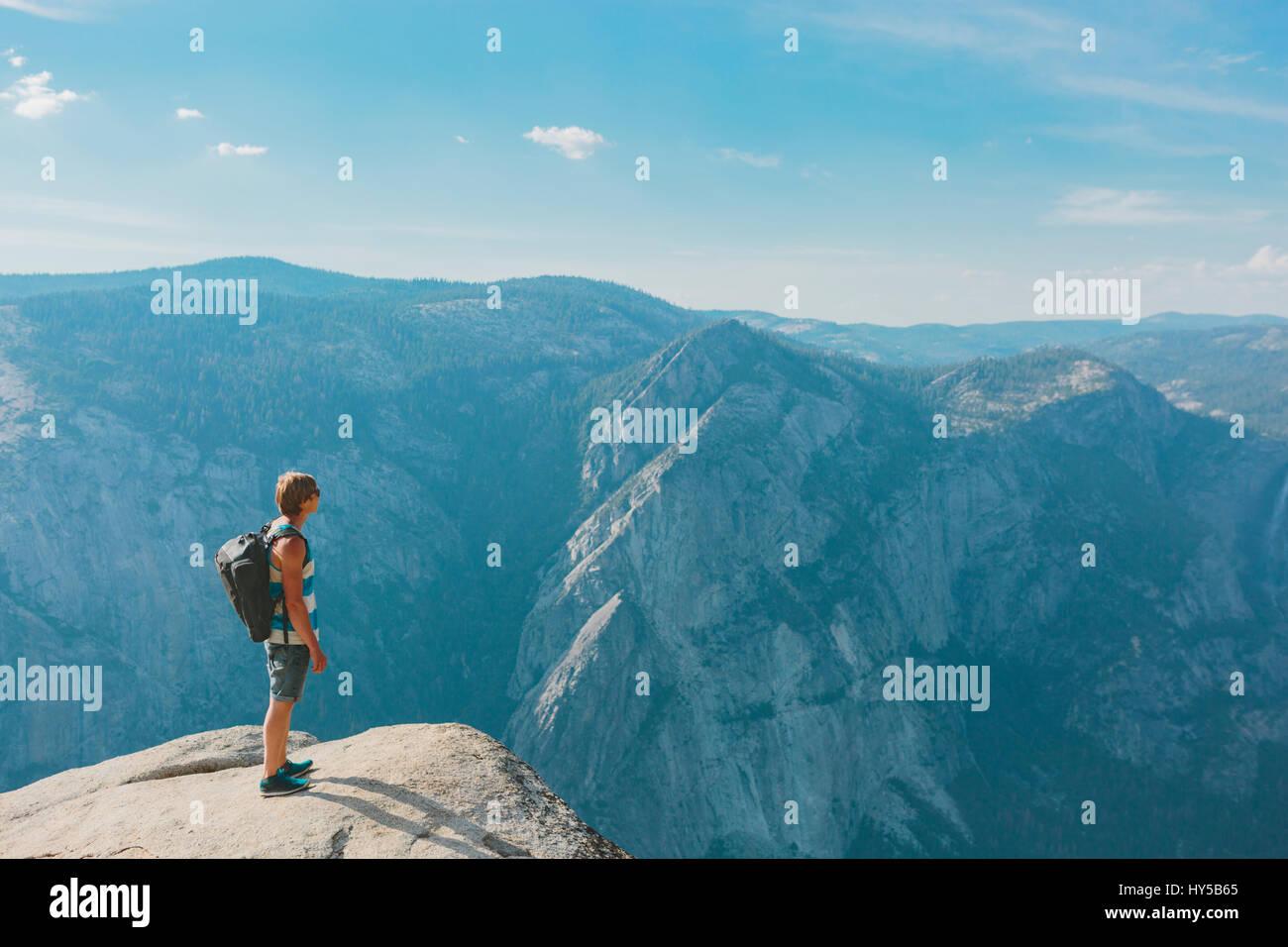 California, Estados Unidos, el parque nacional de Yosemite, hombre de pie en taft point Imagen De Stock