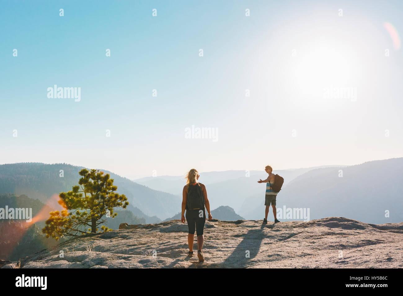 California, Estados Unidos, el parque nacional de Yosemite, el hombre y la mujer en taft point Imagen De Stock