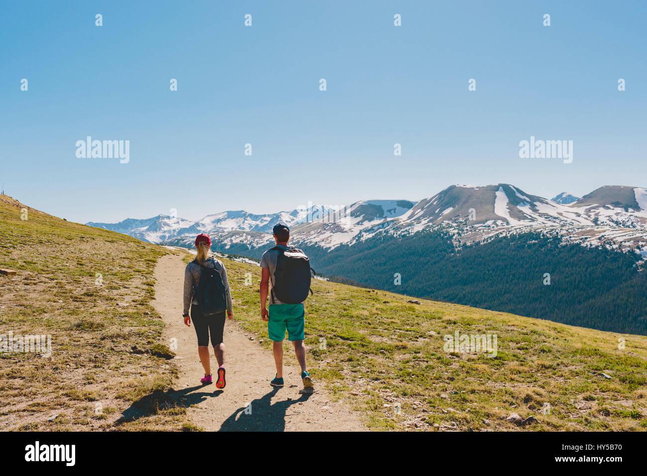 Ee.Uu., Colorado, el parque nacional de Rocky Mountain, dos personas senderismo en las montañas Imagen De Stock