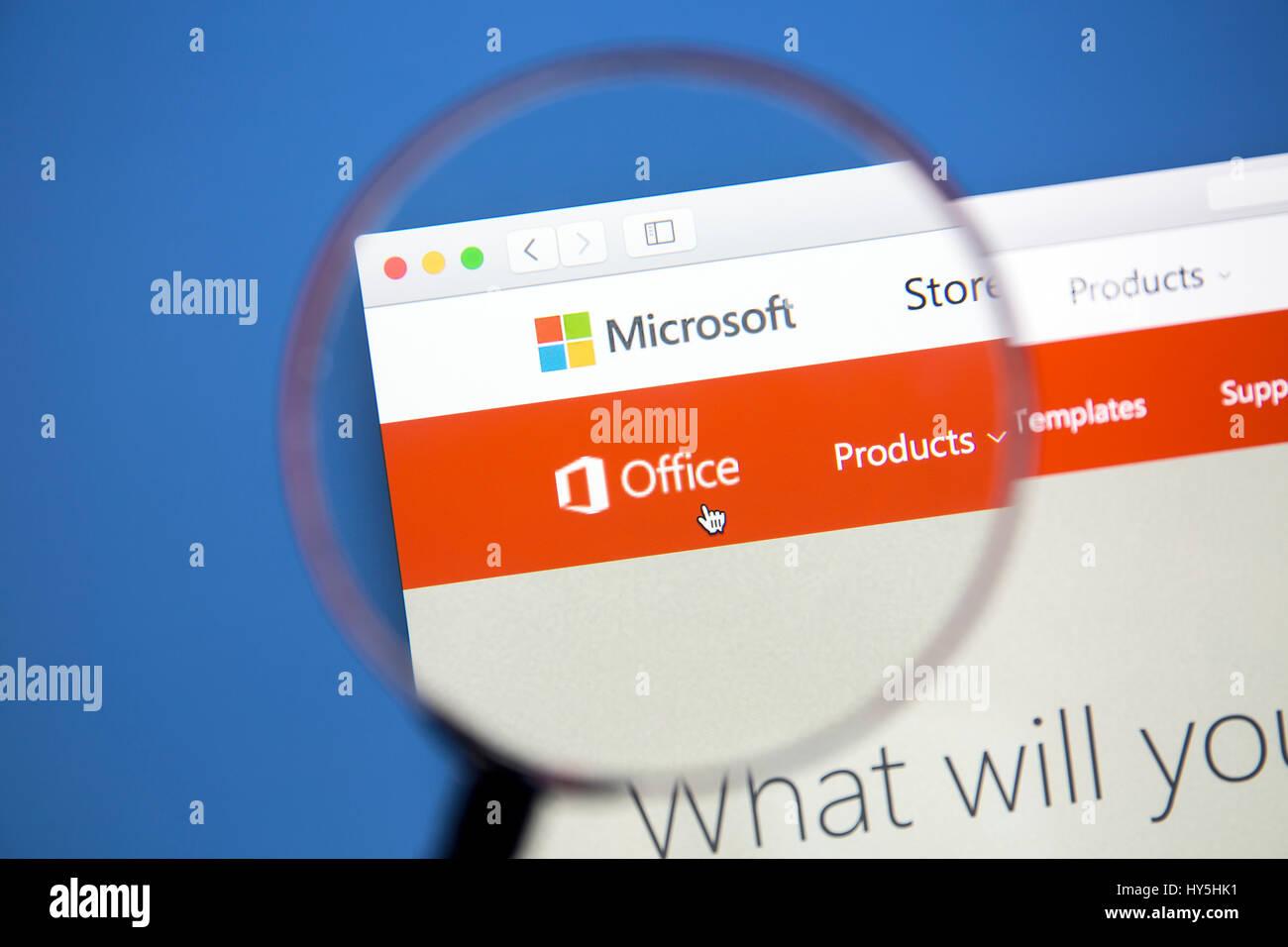 Sitio web de Microsoft Office en una pantalla de ordenador. Microsoft Office es un conjunto de aplicaciones de office Imagen De Stock