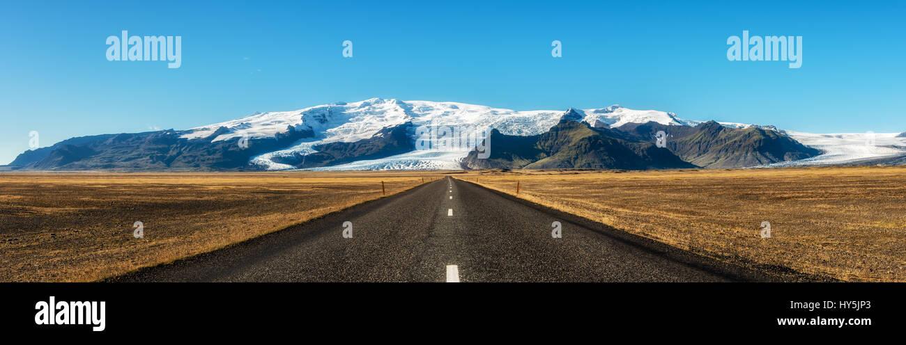 La famosa carretera de circunvalación de Islandia conduciendo a Vatnajokull, también conocido como glaciar Vatna. Es el mayor glaciar de Islandia. Foto de stock