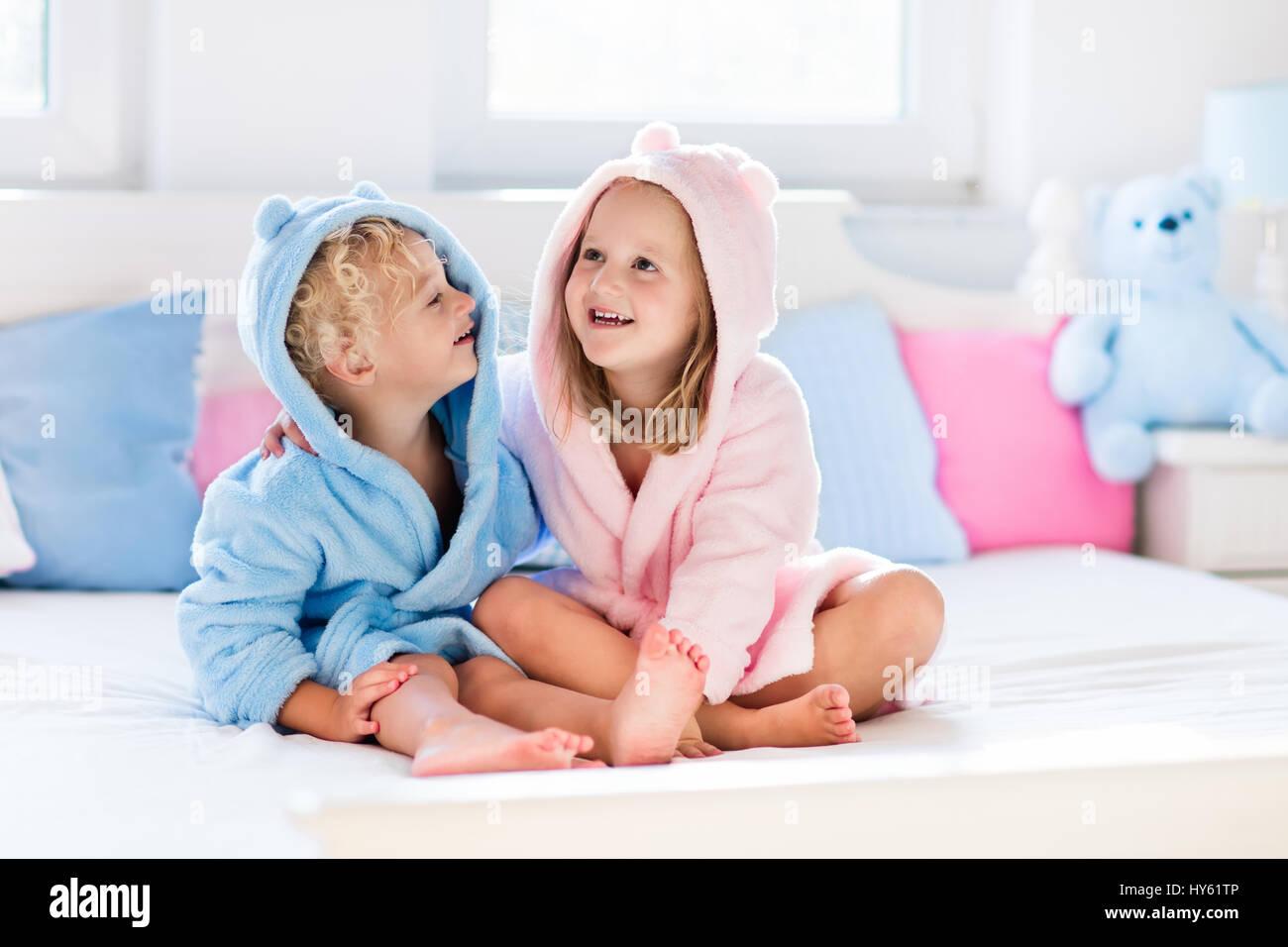 Feliz riendo los ni os ni o y ni a en suave albornoz despu s del ba o juego de cama de color - Albornoz nina ...