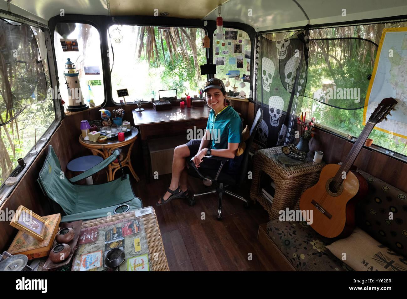 Backpacker Justine es quedarse en un viejo autobús en Paphos, Chipre. El autobús fue proporcionada como Imagen De Stock