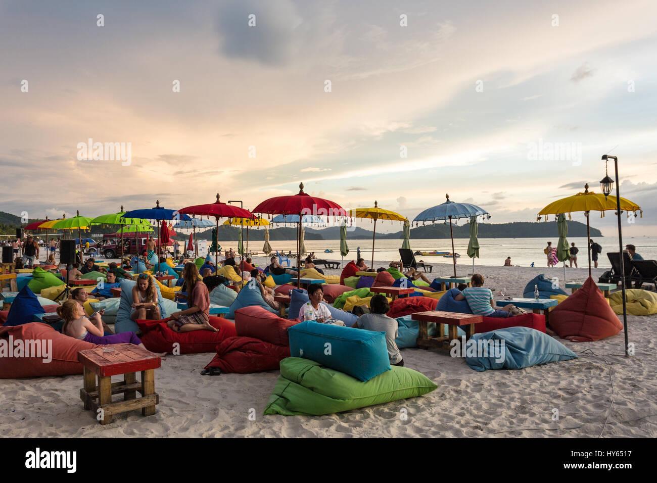 LANGKAWI, Malasia - Enero 19, 2017: a los turistas disfrutar de un trago en un bar de playa en playa Cenang Langkawi, Imagen De Stock
