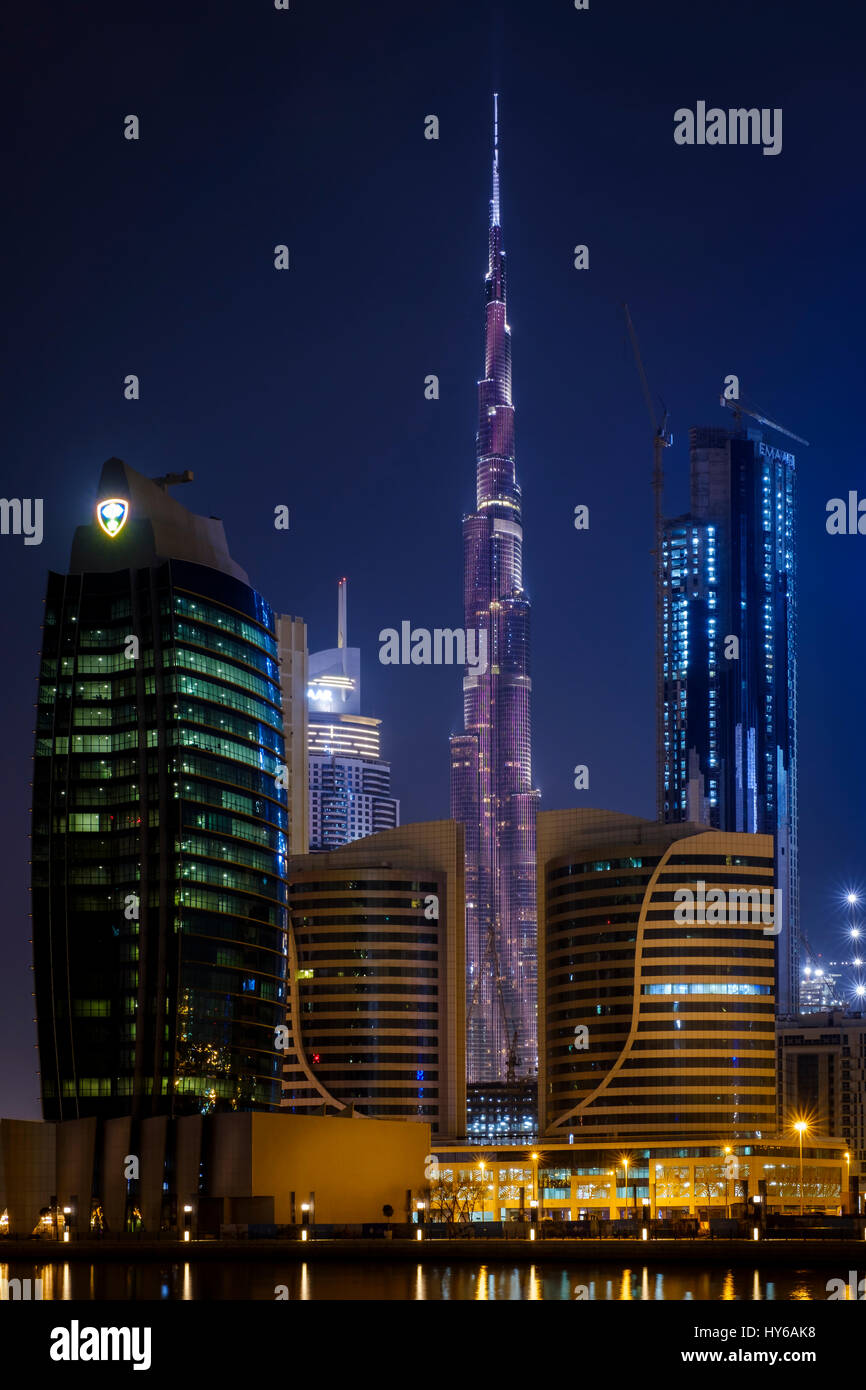 Los Emiratos Árabes Unidos, Dubai - CIRCA ENERO DE 2017: Vista del Burj Khalifa y el show de luces LED, visto desde Foto de stock