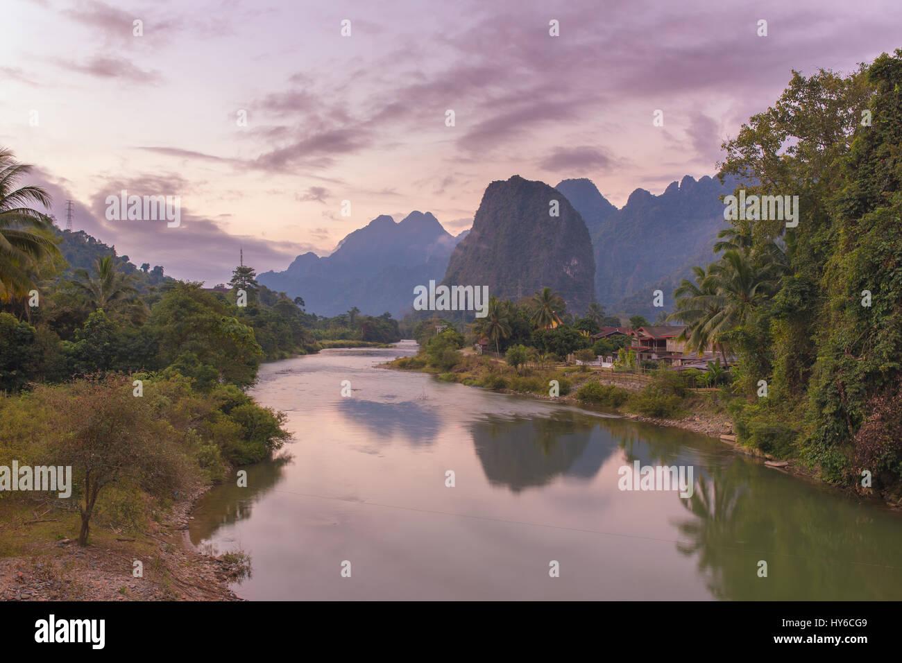 Hermoso amanecer sobre el río Nam Song, cerca de la aldea de Vang Vieng, en Laos Imagen De Stock