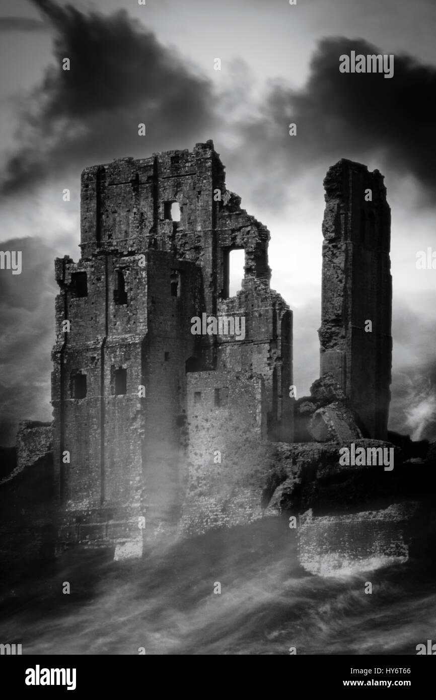 Imagen en blanco y negro de el castillo Corfe envueltos en niebla, Dorset, Reino Unido Foto de stock