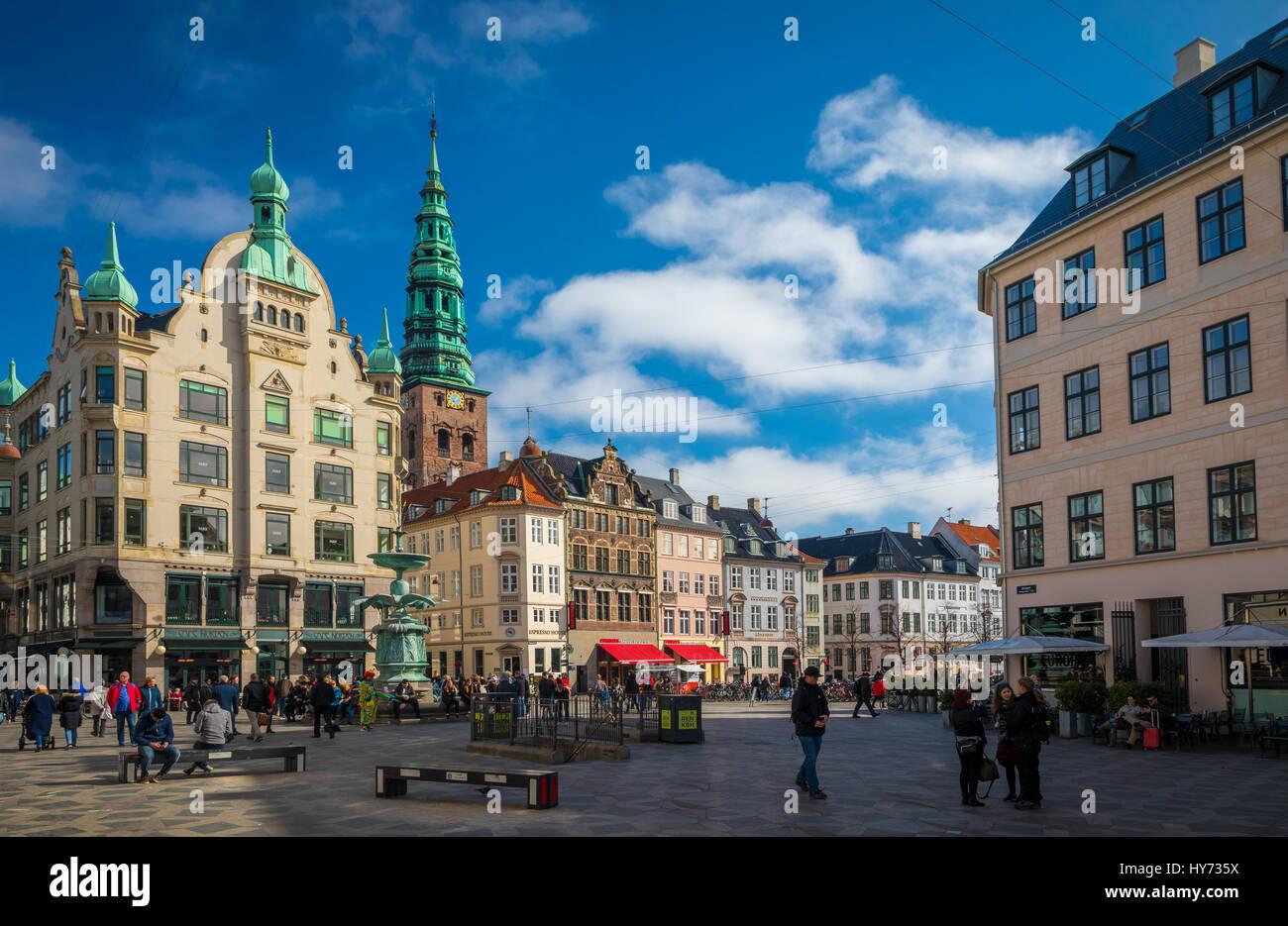 Amagertorv (Inglés: Amager Square), hoy en día, forman parte de la zona peatonal de Strøget, a menudo se describe como la mayor plaza central en el centro de Copenhague, D Foto de stock