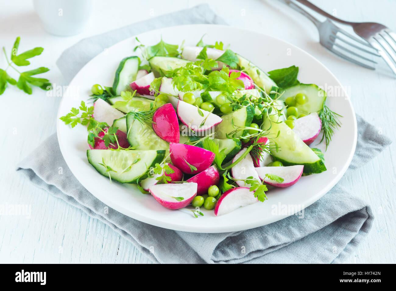 Hortalizas de primavera sanos con ensalada de rábano, pepino, guisantes verdes y brotes, dieta vegetariana, Imagen De Stock