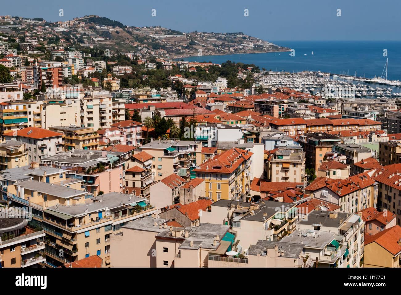 Vista de la ciudad y el puerto de Sanremo, Italia Foto de stock