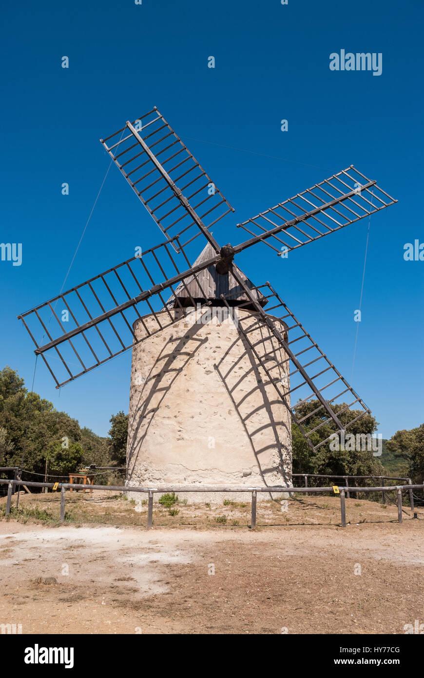 El molino de viento de la felicidad, de la isla de Porquerolles, Francia Foto de stock