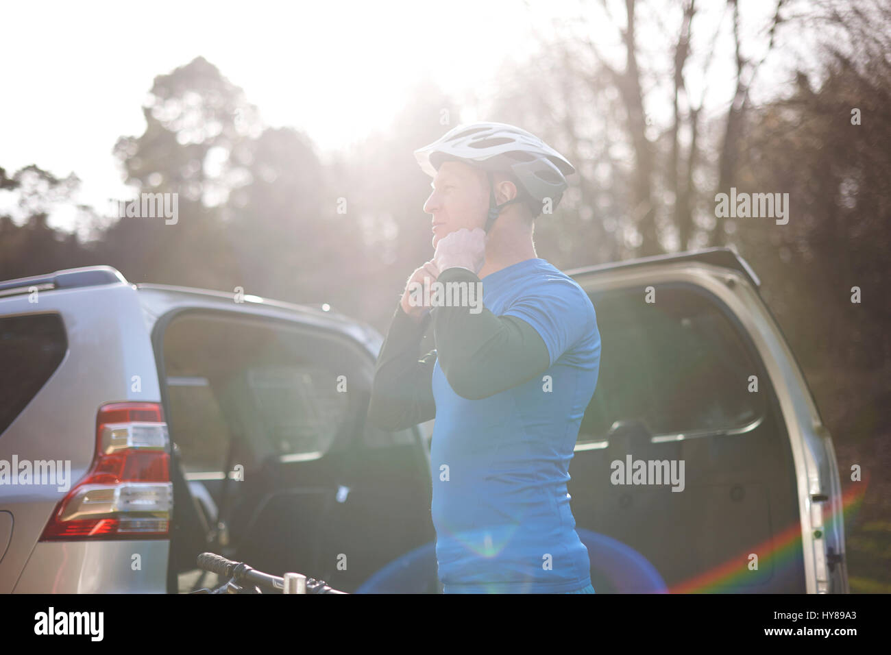 Un hombre se prepara para ir en bicicleta de montaña Imagen De Stock