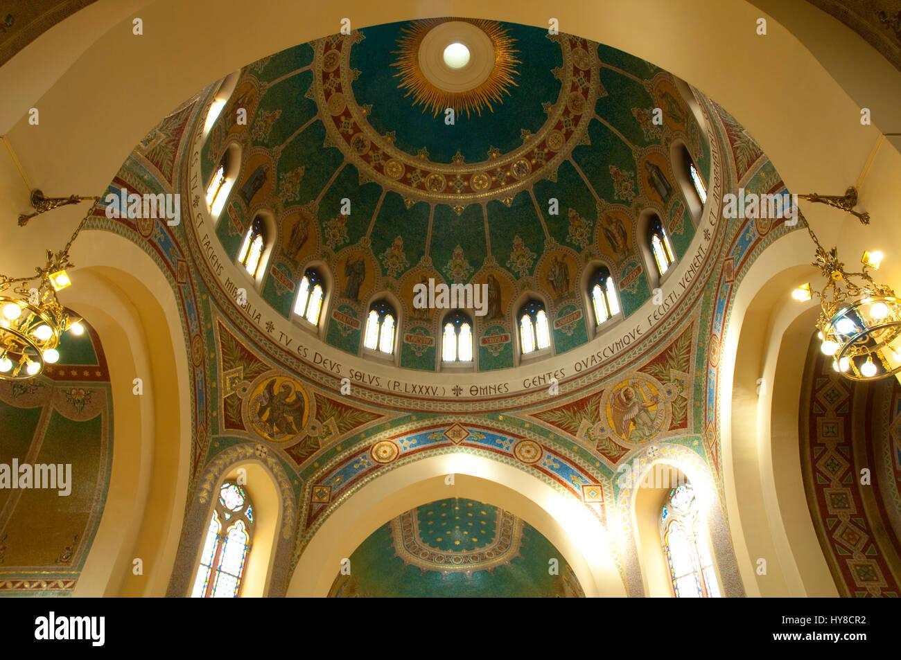 Cúpula de San Manuel y San Benito, en el interior de la iglesia. Madrid, España. Foto de stock