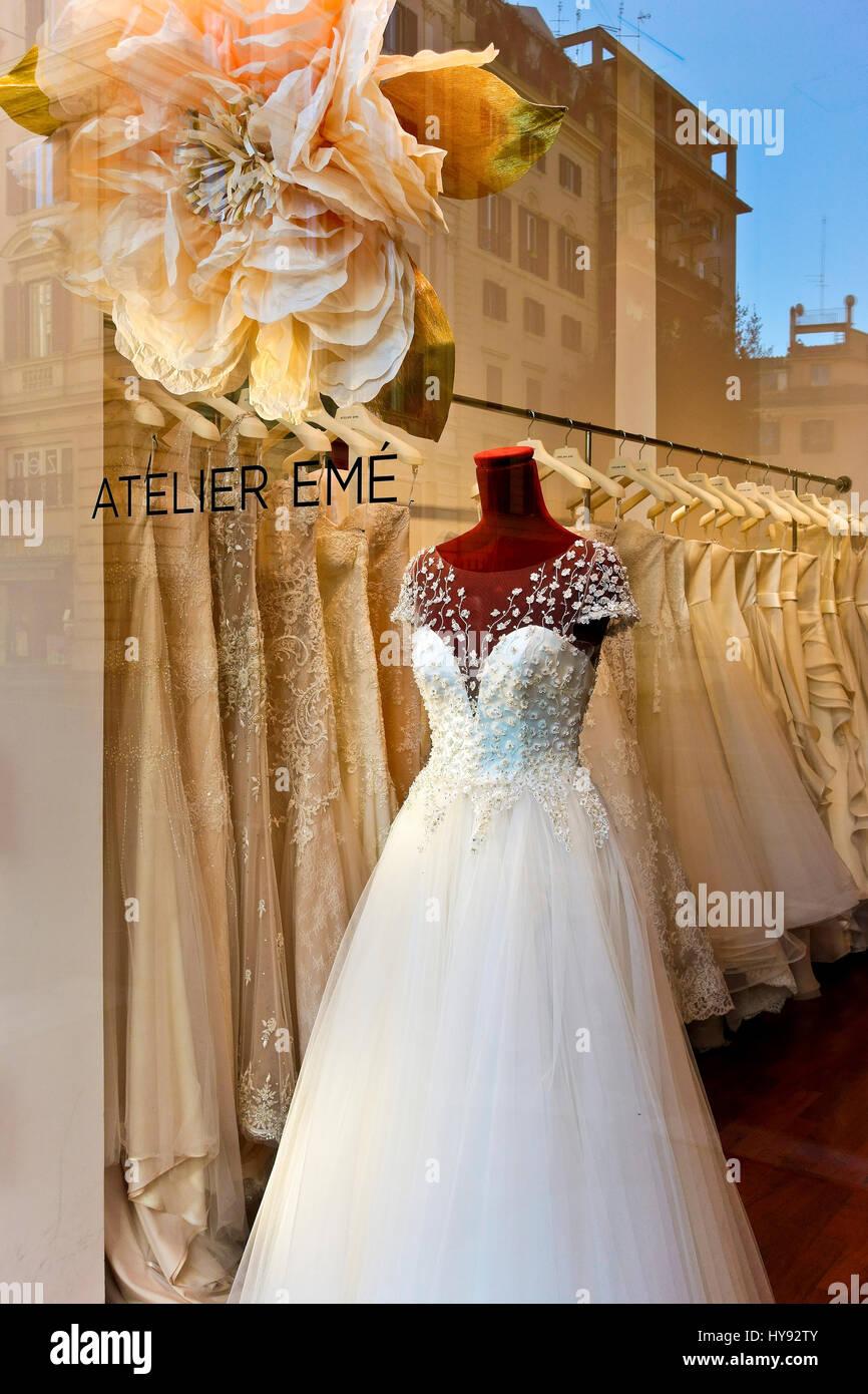 85322c69606 Boda, bata vestido nupcial blanco sobre el maniquí en la pantalla en una  ventana de