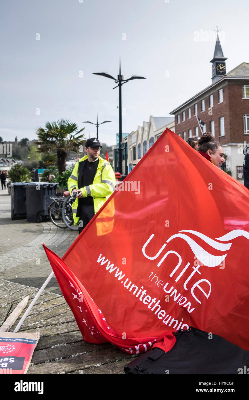 Unir la bandera roja de protesta los miembros sindicales protestando contra la gente del centro de la ciudad de Imagen De Stock