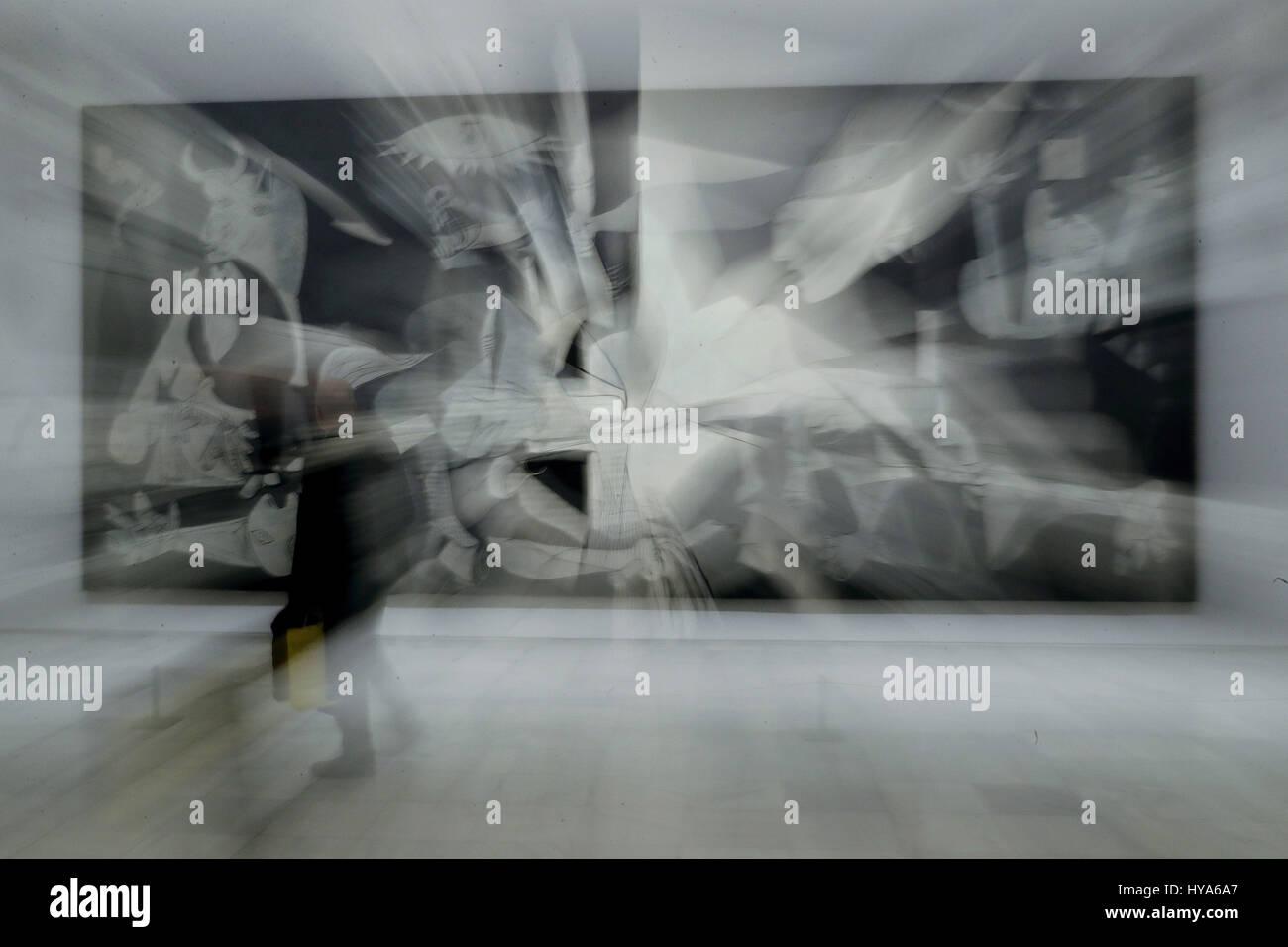 Un visitante observa la obra de arte 'Guernica', del artista español Pablo Picasso, durante la presentación Imagen De Stock