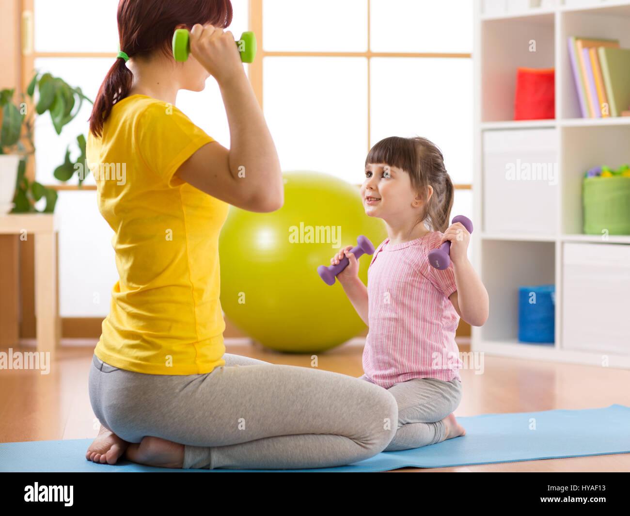 Niño con madre haciendo ejercicios Imagen De Stock