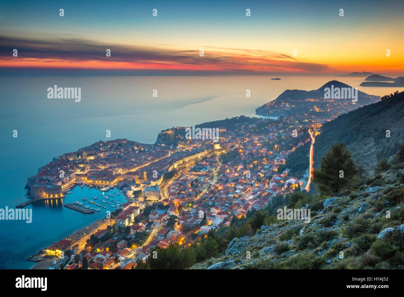 Dubrovnik, Croacia. Bonito y romántico casco antiguo de Dubrovnik durante la puesta de sol. Imagen De Stock