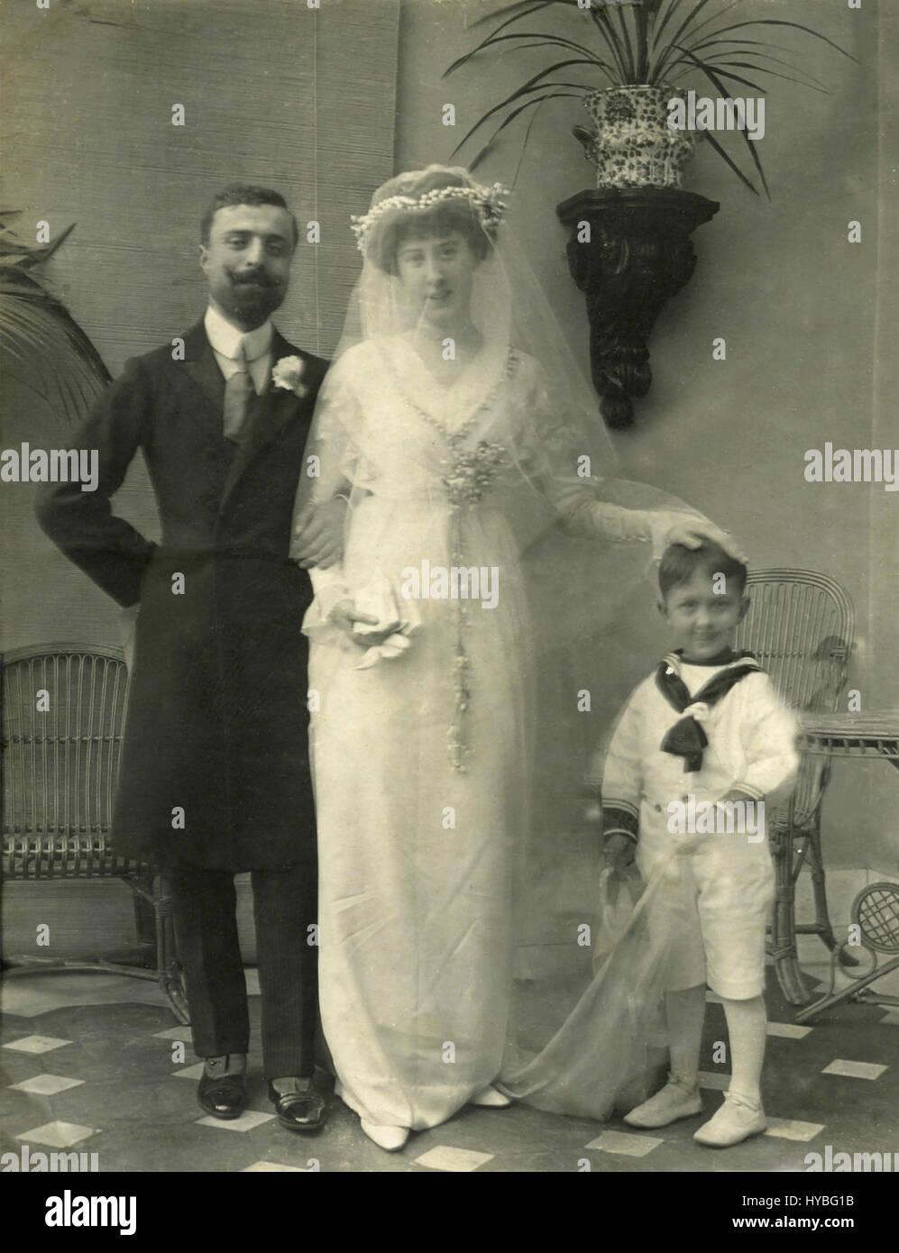 Sólo una pareja casada con un niño en un traje de marinero, Italia Foto de stock