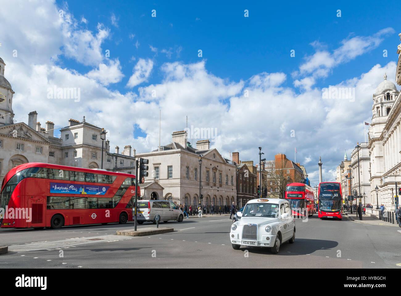 Whitehall, Londres. Ver abajo Whitehall con guardias de caballo edificio a la izquierda y la columna de Nelson en Imagen De Stock