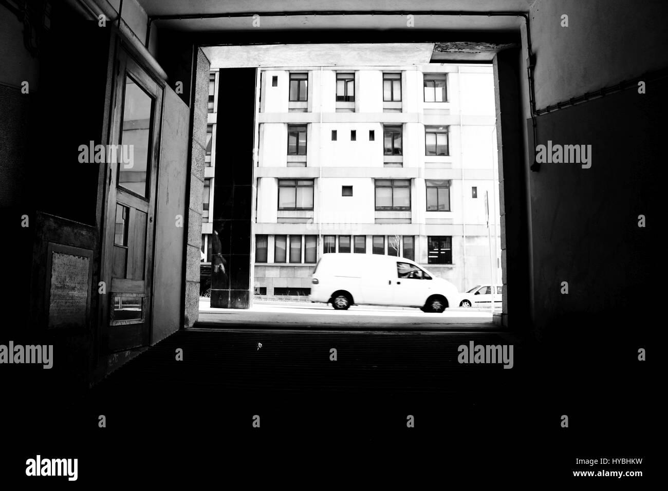 Una imagen de la calle tomada desde el interior de un garaje de coches en Matosinhos, Oporto, Portugal. Foto de stock