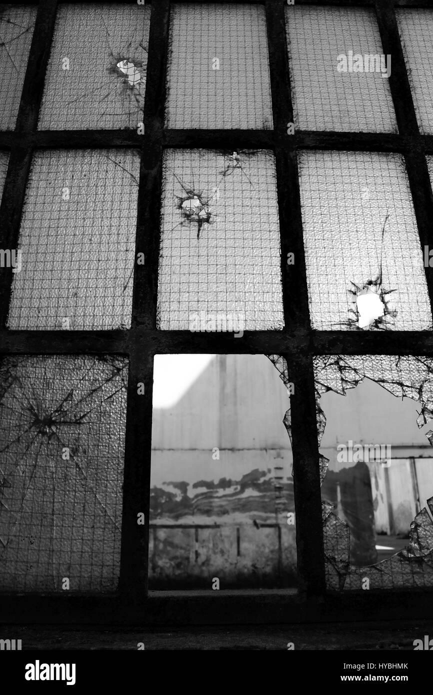 La ventana rota de un viejo edificio abandonado en Matosinhos, Oporto, Portugal. Foto de stock