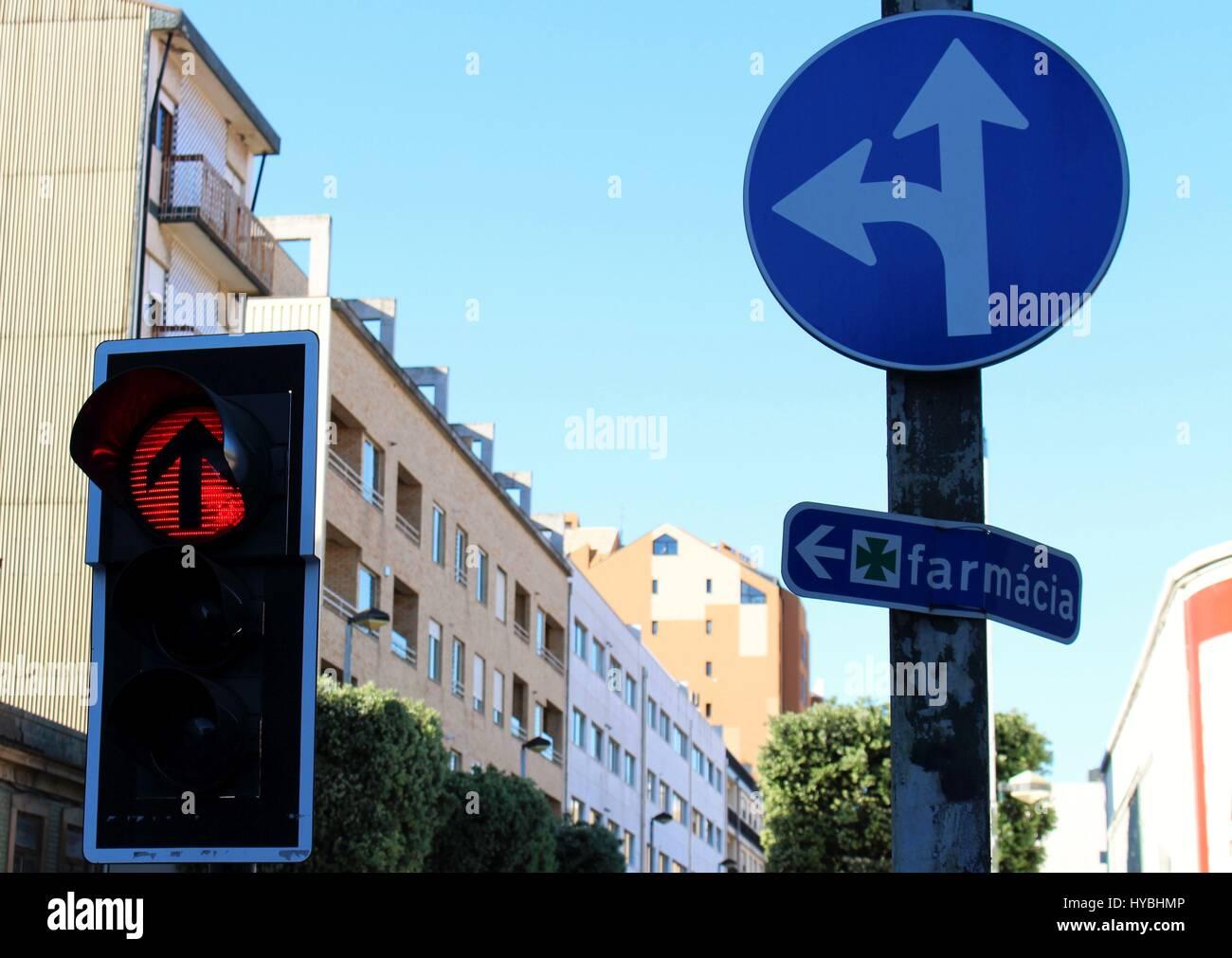 Diferentes señales de carretera en Brito Capelo street en el centro de la ciudad de Matosinhos, Porto, Portugal. Foto de stock