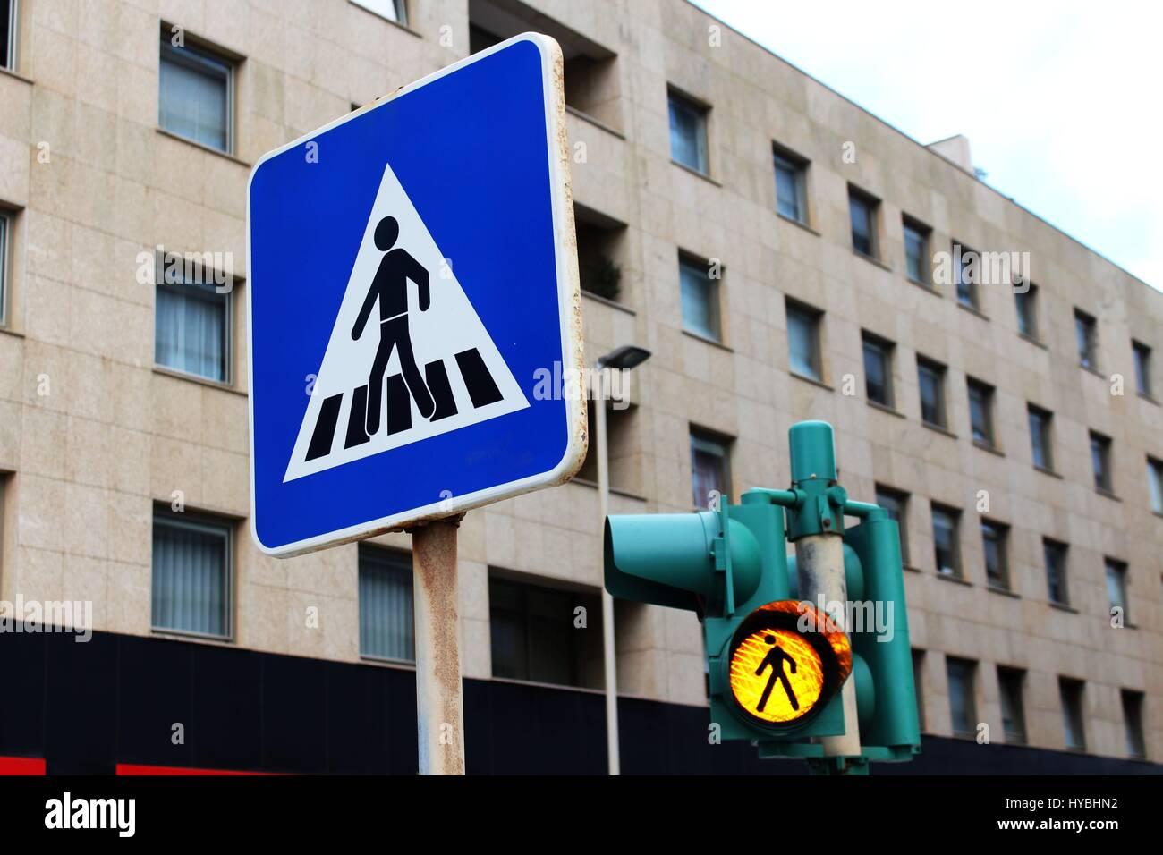 Dos señales de tráfico para los transeúntes antes de una andadera a Roberto Ivens street en Matosinhos, Oporto, Foto de stock