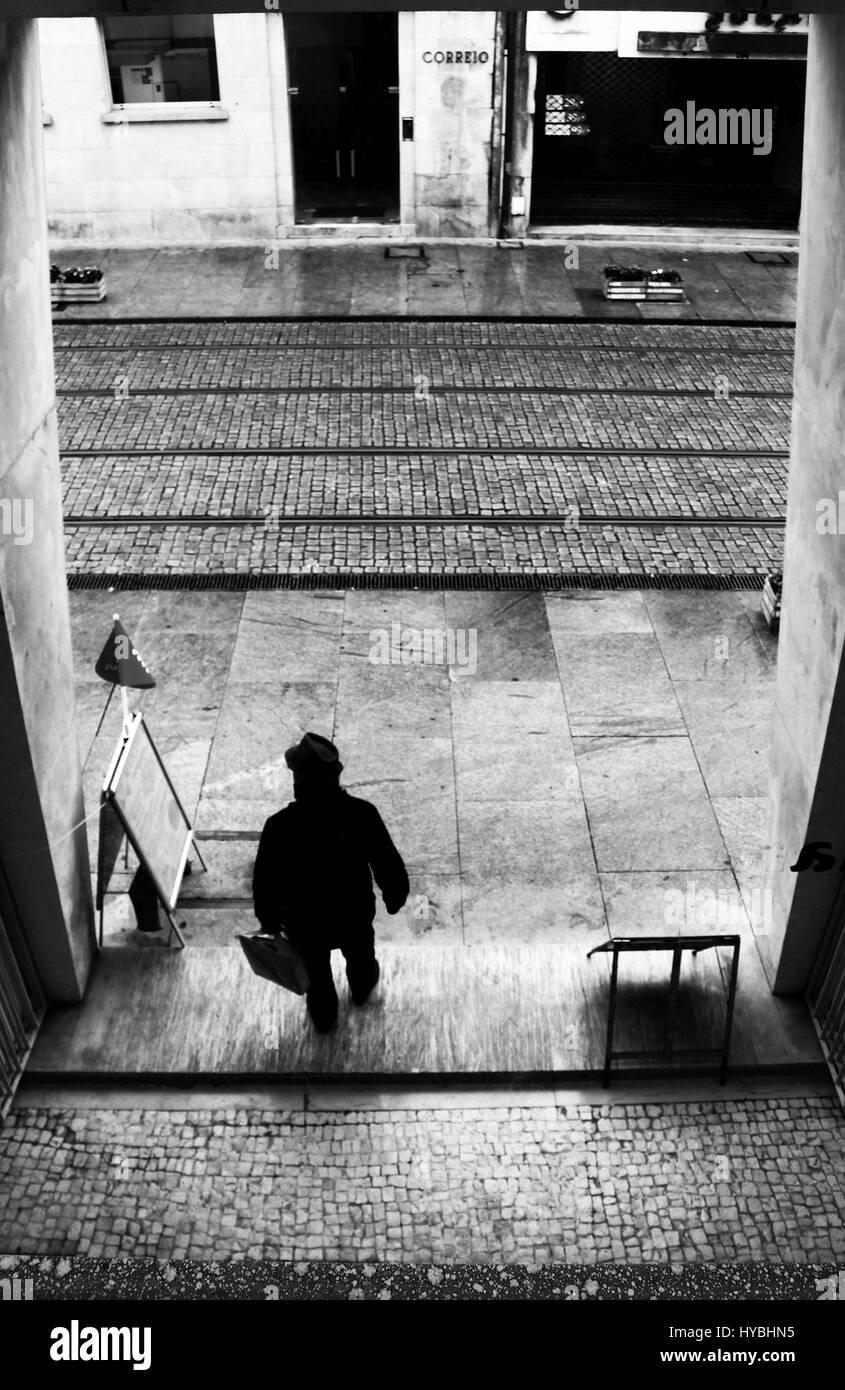 Alguien saliendo de un centro comercial en Brito Capelo street, en el centro de Matosinhos, Porto, Portugal. Foto de stock