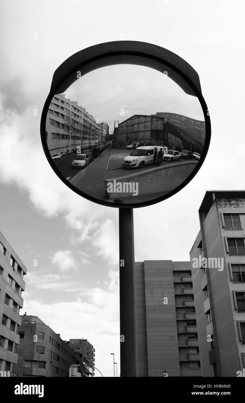 Reflexiones sobre una carretera espejo a Roberto Ivens street en el centro de la ciudad de Matosinhos, Porto, Portugal. Foto de stock