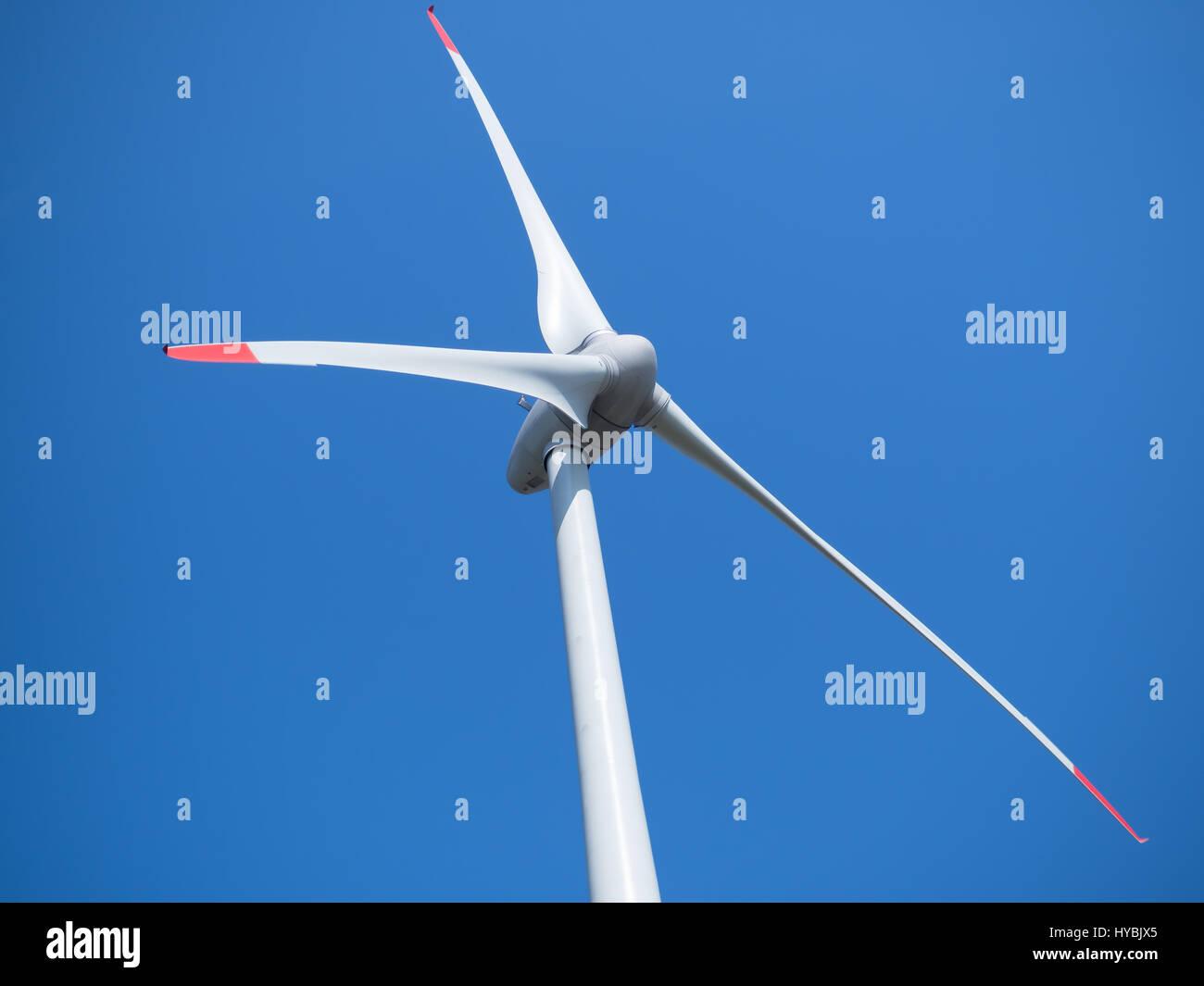 Planta de energía eólica y un cielo azul sin nubes Imagen De Stock