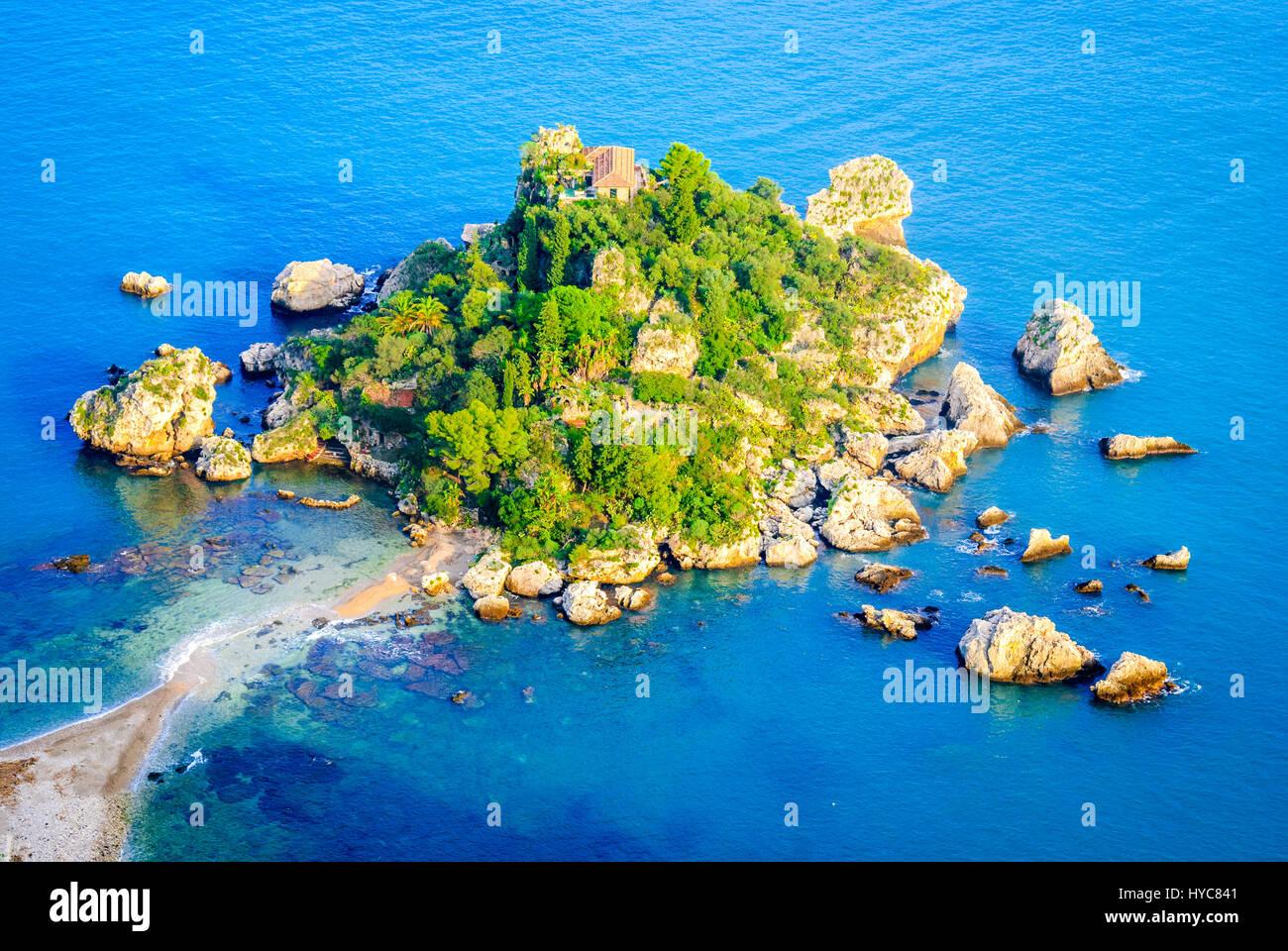 Taormina, Sicilia. Seascape siciliana con la playa y la isla Isola Bella en Italia. Imagen De Stock