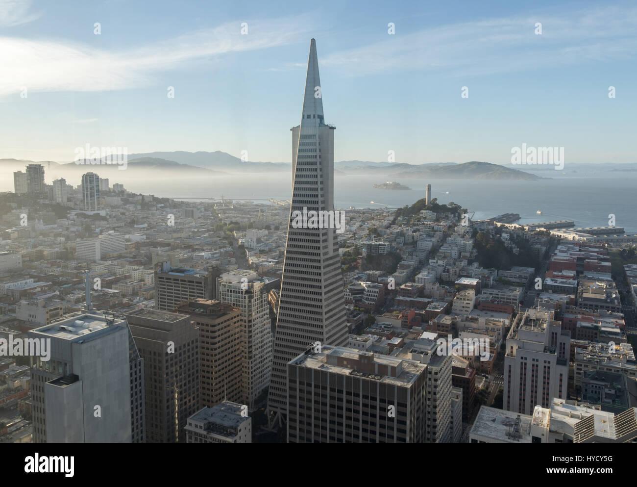 Vista aérea de San Francisco en el centro de la ciudad y la Bahía de San Francisco. Imagen De Stock