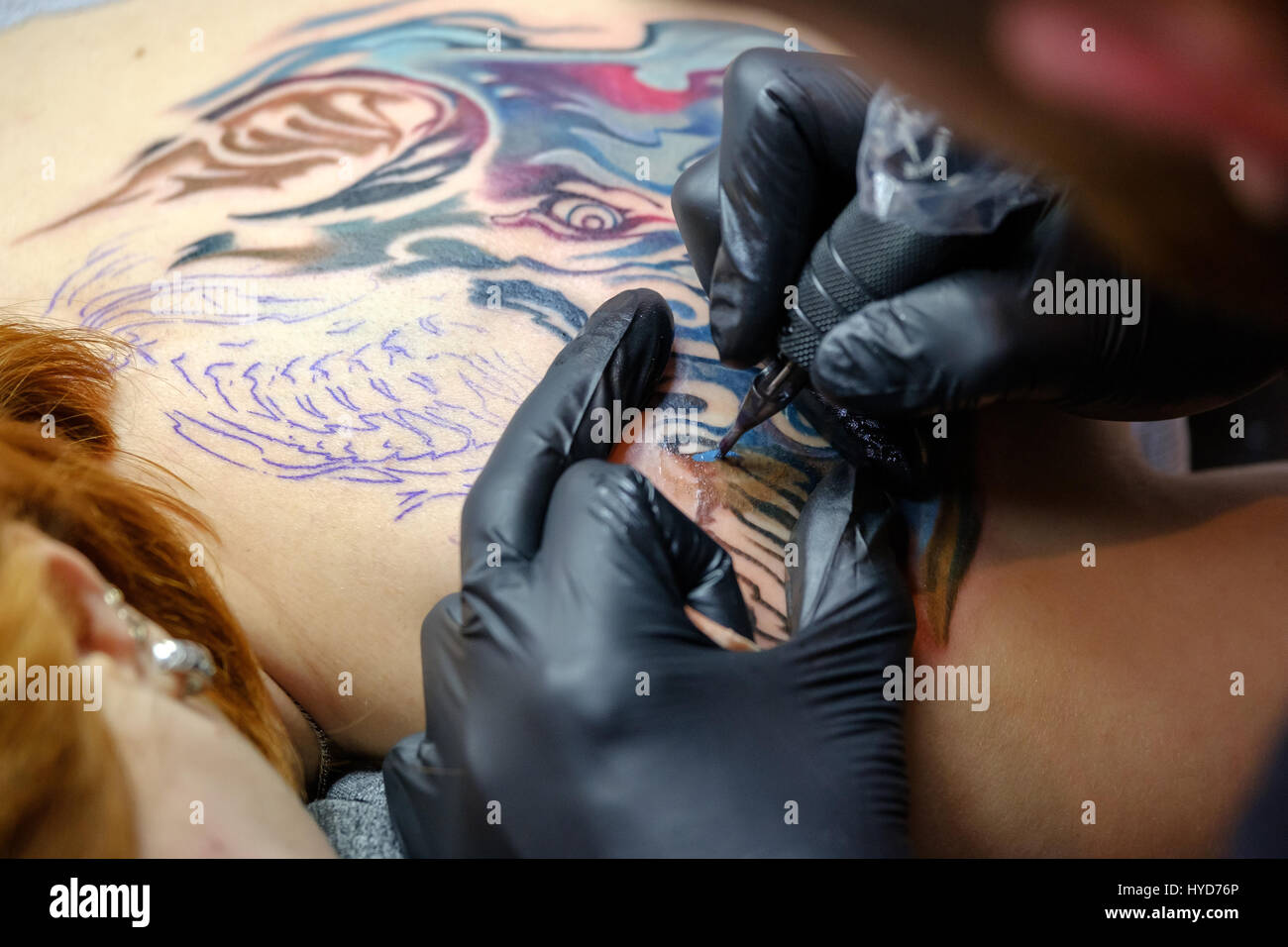 El artista está haciendo el tatuaje cerrar Foto de stock
