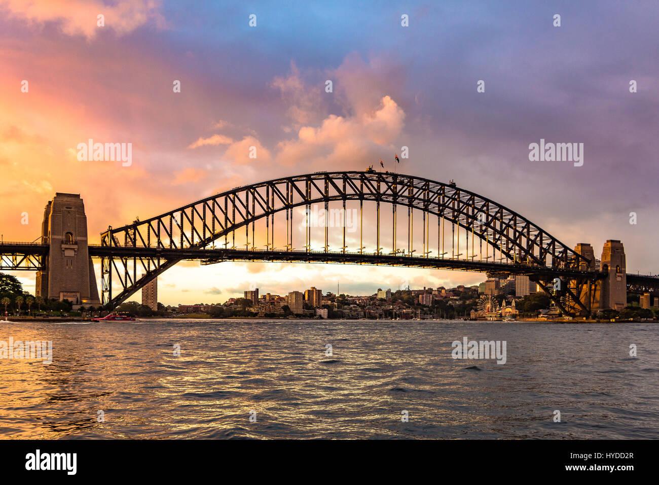 El puente Sydney Harbour Bridge, con un espectacular cielo Imagen De Stock