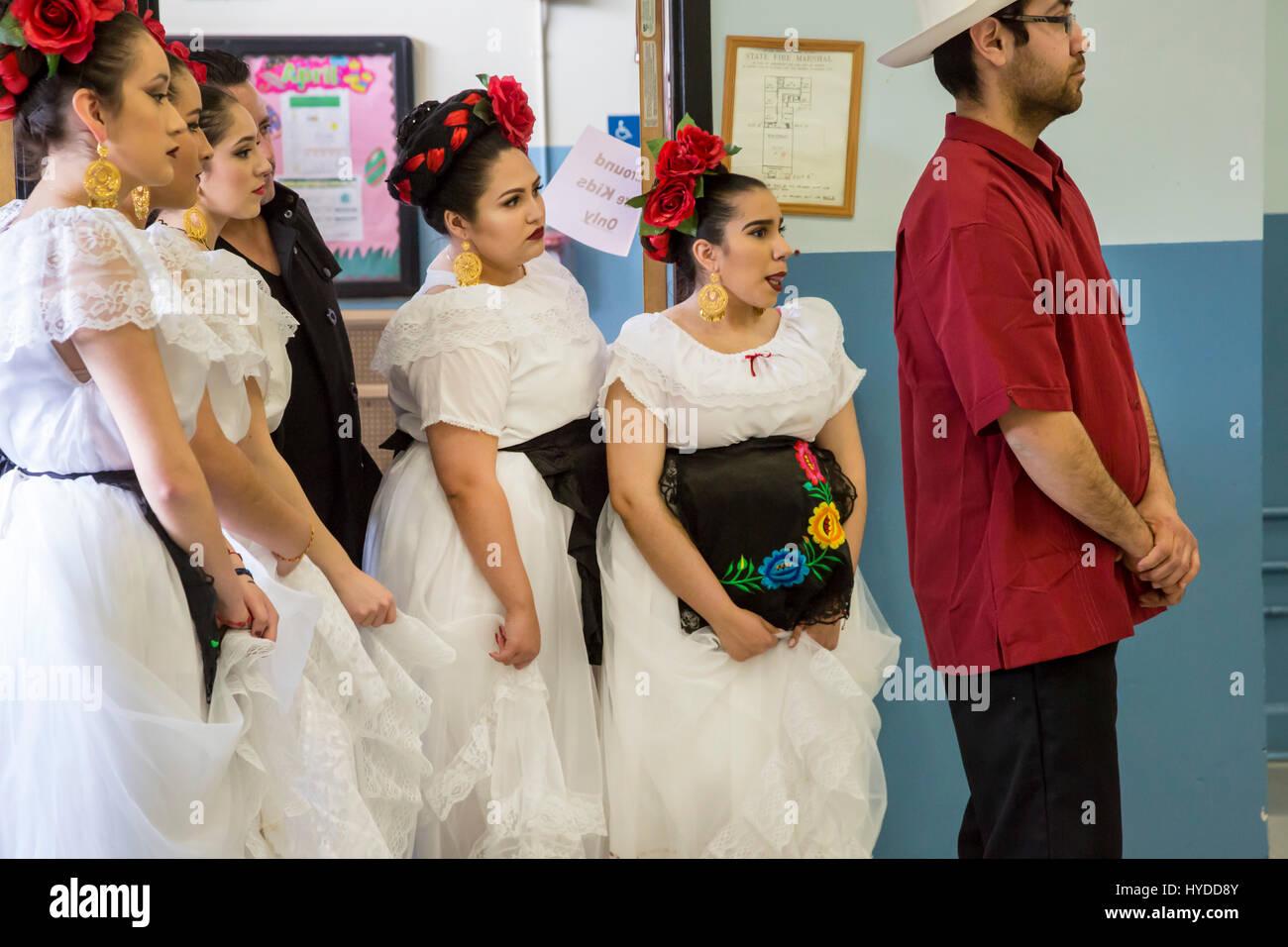 Detroit, Michigan - Los miembros del Ballet Folklórico Los Renacidos esperar a realizar en la Iglesia Católica de Foto de stock