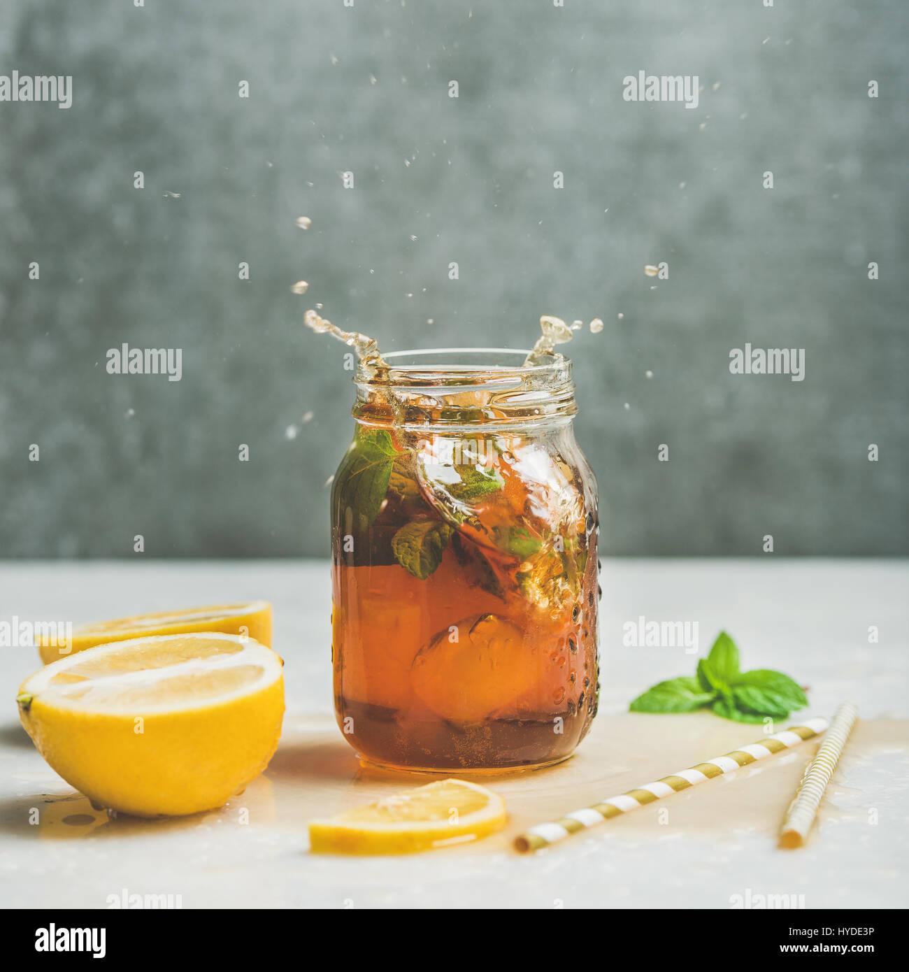 El verano té helado con limón y hierbas, cosecha cuadrado Imagen De Stock